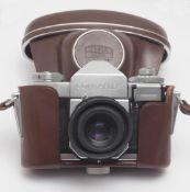 """Kamera, Zeiss """"Ikon Contaflex"""" Mit zwei Filtern und originalem Ledergehäuse."""