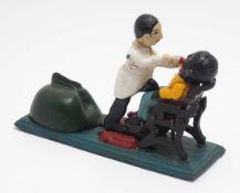 Sparkassenautomat Figurengruppe in Form eines Zahnarztes mit Patient. Eisenguss, farbig bemalt. L.