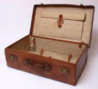Reisekoffer, um 1900 Vollrindleder, genäht. Mit Schnappschlössern. Originales Leinenfutter. Sehr