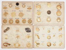 Vier Modelltafeln Für unterschiedliche Broschenformen. Metall, auf Karton mit Bestellnummern