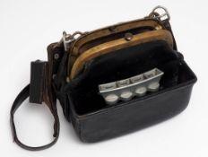 Schaffnertasche, 30er/50er Jahre Ledertasche mit Metallbügel und originalem Gurt. Dazu originaler
