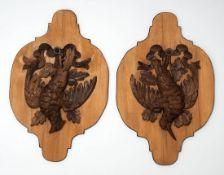 Paar Wandappliken Holz. Mehrfach eingezogene Form, darauf plastisch geschnitzte Jagdtrophäen