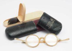 """Zwei Brillenetuis, um 1900 Ein Lederetui, bez. """"Buchner, München"""", darin horngefasste Brille. Dazu"""