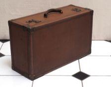 Reisekoffer, 20er Jahre Holz mit Leder- und Metallbeschlägen. Leinenfutter. 24x62x37cm.