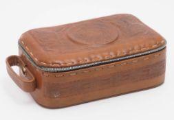 Reisenecessaire Geprägtes Leder, mit Lederinnenfutter und Spiegel. 9x26x18cm. Inhalt fehlt.