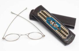 Brillenetui, 19.Jhdt. Leder mit feiner Stickerei aus Glas- und Metallperlen, darin originale