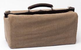Reisetasche, 20er Jahre Rindsleder mit Krokodillederprägung. Klappverschluss mit Ledergriff.