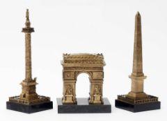 Drei Souvenirs, um 1900 Auf schwarzem Marmorsockel fein gearbeitete Modelle des Arc de triomphe, der