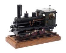 Modell einer Dampflokomotive Metall, farbig lackiert, auf Schienenstück stehend. L.25cm.