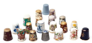 Ca. 20 Fingerhüte Unterschiedliche Materialien (Porzellan, Cloisonné etc.). Interessantes