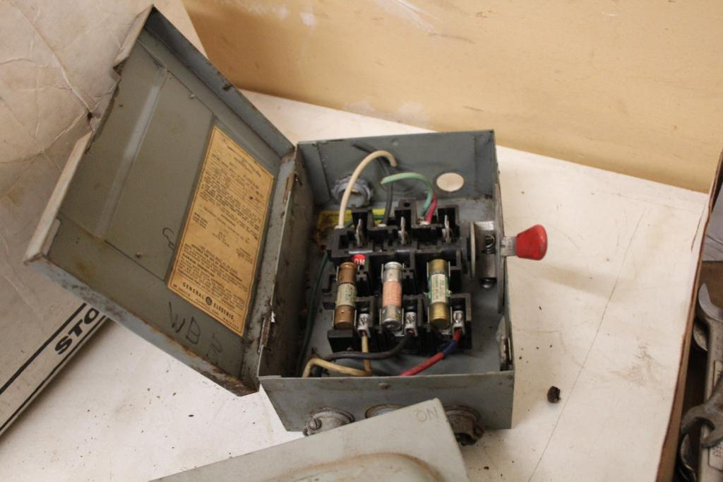 Lot 9 - Disconnect switches