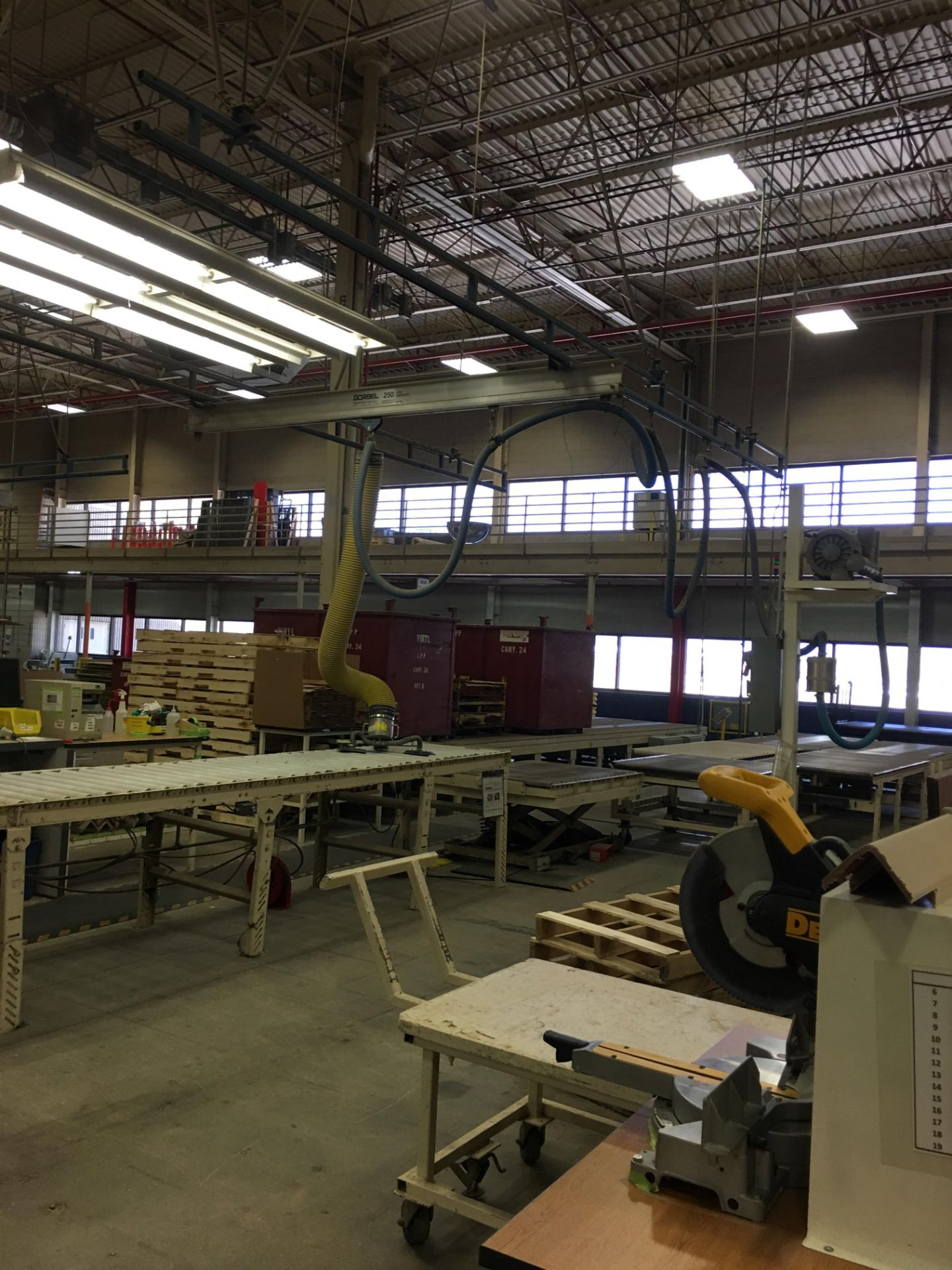 VACUUM LIFTER WITH PUMP AND OVERHEAD GANTRY RAILS - Image 3 of 3