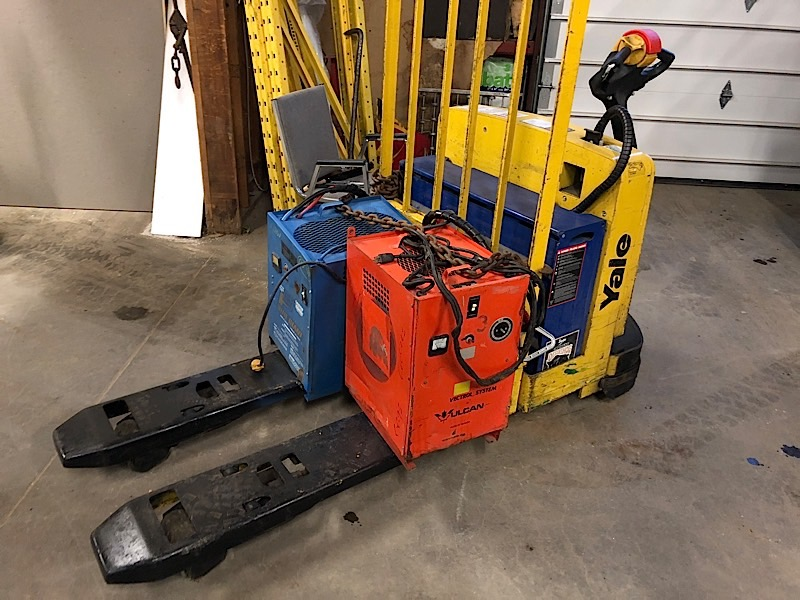 Lot 9 - YALE (MPW06) 12 VOLT ELECTRIC PALLET JACK WITH CHARGER (EXCLUDING TANK)