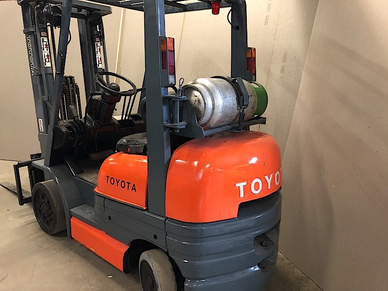 Lot 4 - TOYOTA (5FGC25) 5,000 LBS CAP FORKLIFT LPG 3 STAGE SIDE SHIFT (EXCLUDING TANK)