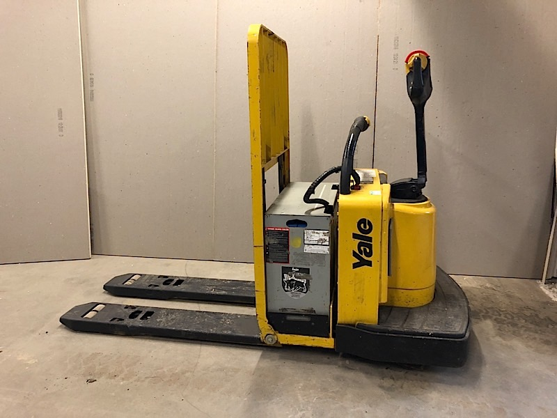Lot 8 - YALE (MPE090) 24 VOLT ELECTRIC PALLET JACK WITH CHARGER (EXCLUDING TANK)