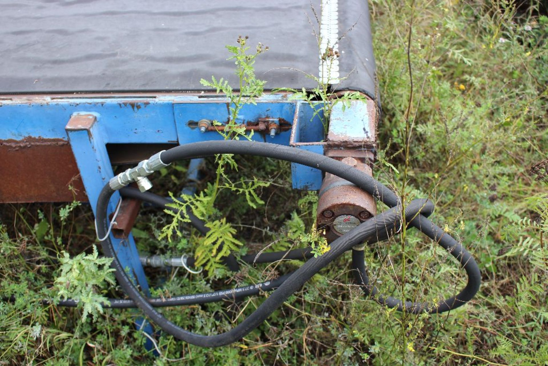 "Lot 025 - 36""x9' hydraulic drive board conveyor."