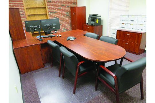 Group Of Lots LOT CONTENTS OF OFFICE INCLUDING DESK - Mini conference table