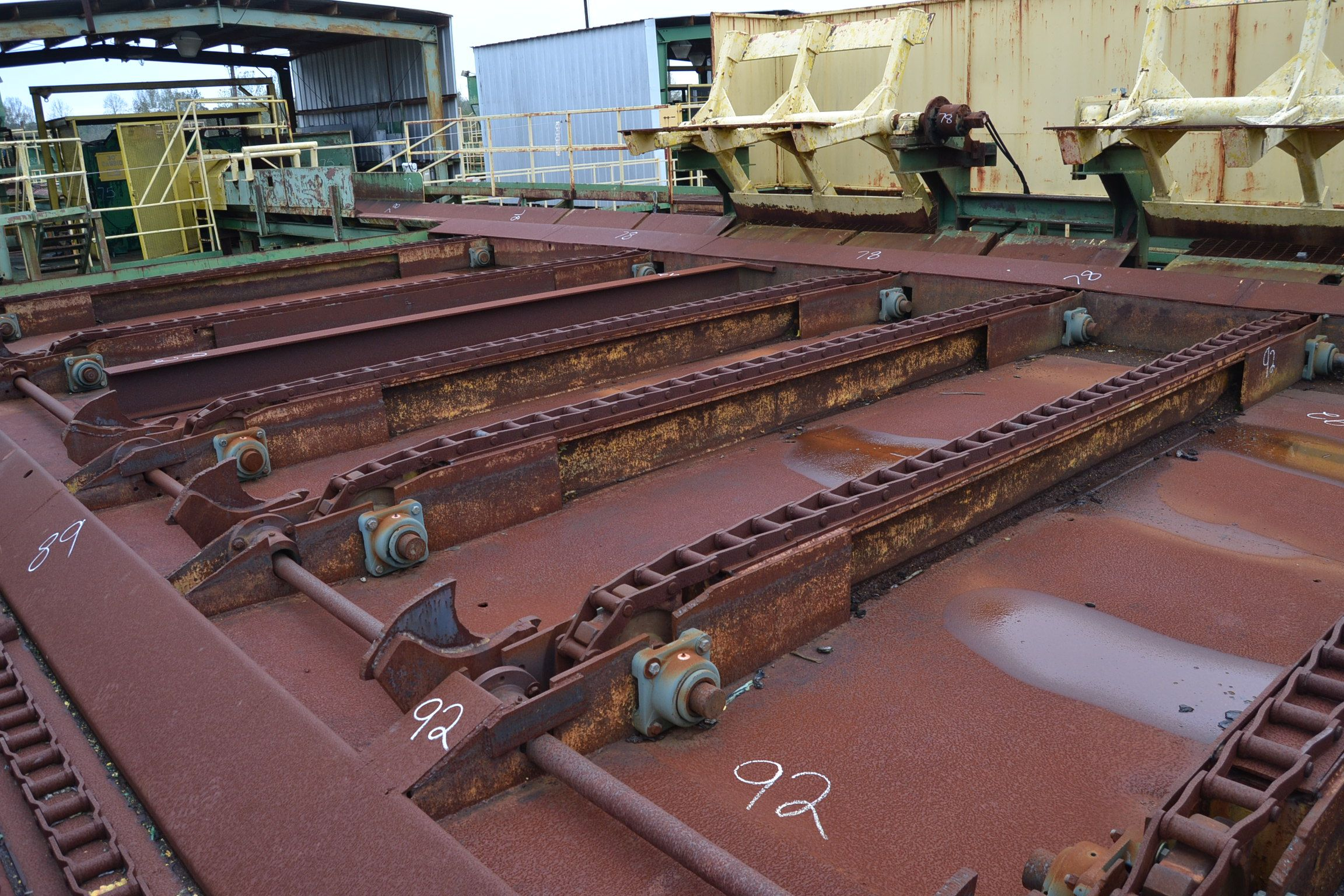 Lot 92 - 20' 6 STRAND LOG DECK W/ 6 ARM STOP & LOADER W/ DRIVE & STEEL SUPPORT