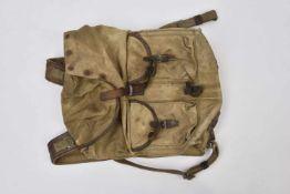 Sac à dos M.39 précoce avec bretelles renforcées en cuir. État moyen. Cette pièce provient de la