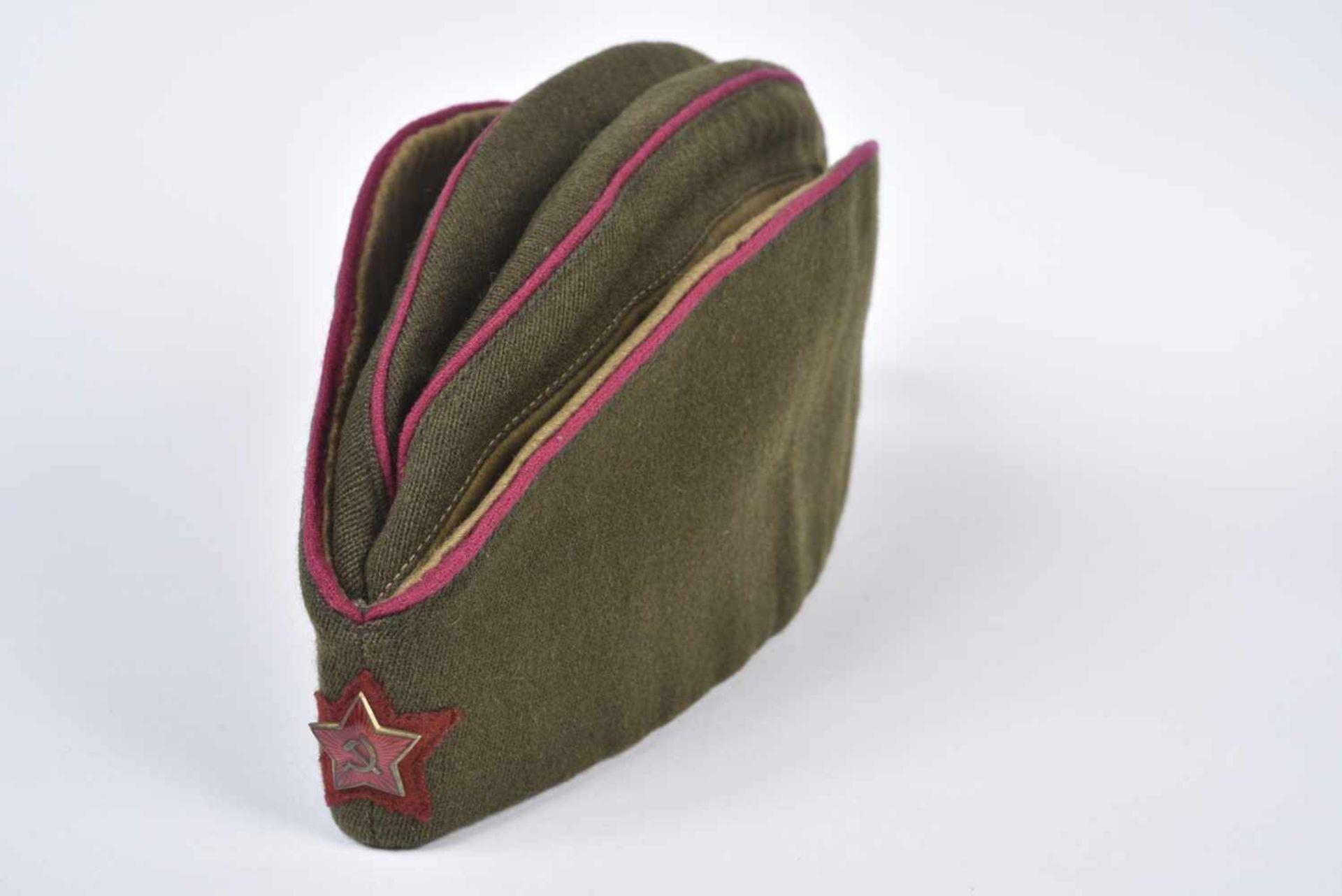 Magnifique calot passepoilé pour officier du NKVD passepoil framboise étoile tissu rouge brique.