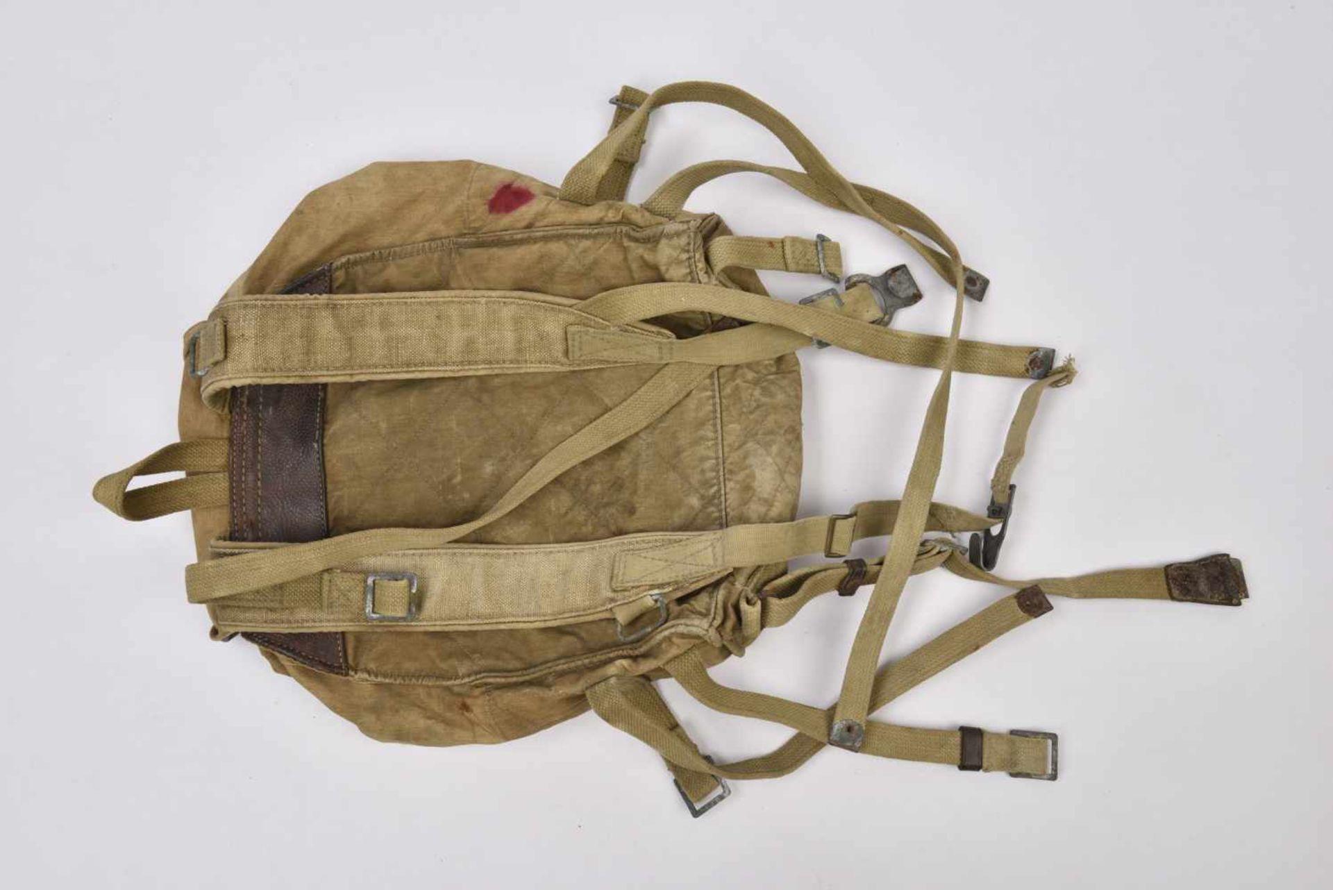 Sac à dos M.41 complet avec toutes ses sangles intégrées. Une languette de pochette manquante. - Bild 4 aus 4