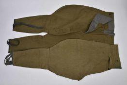 2 culottes troupes, après-guerre Bonne taille, bon état. Idéal pour la reconstitution. 2 trousers