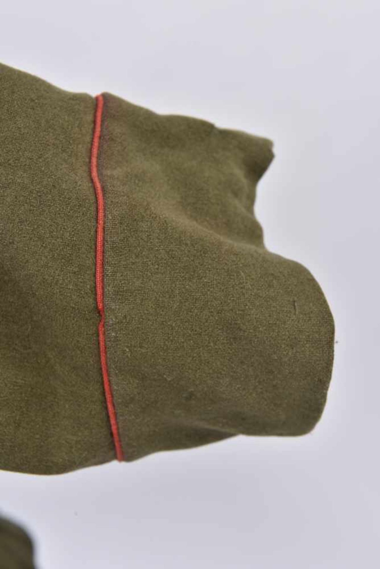 Los 1714 - Ensemble comprenant veste Mundir d'un soldat de l'artillerie ou des blindés. Passepoil rouge et