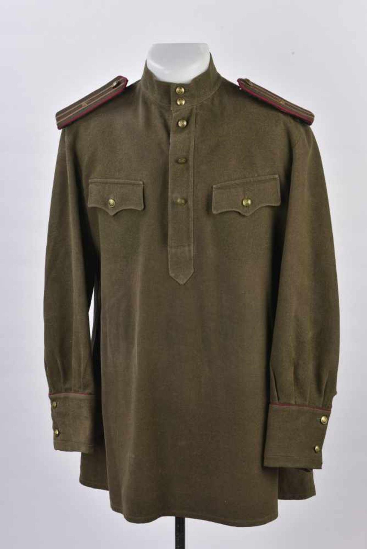 Gymnasterka M.35/43 d'un Colonel de l'infanterie Le col rabattu a été modifié en col droit,