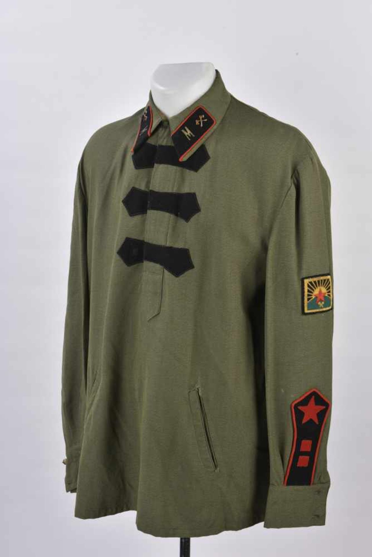 Gymnasterka M.22 pionniers en toile verte, avec ses pattes de col, parements de poitrine, insigne de