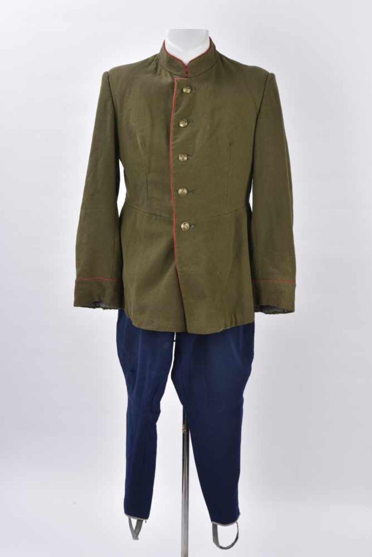 Ensemble comprenant veste Mundir d'un soldat de l'artillerie ou des blindés. Passepoil rouge et
