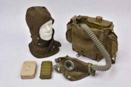 Masque à gaz Mod-08 avec son sac de transport COMPLET. Masque en caoutchouc très bon état, cartouche