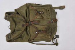 Sac à dos M.39 en toile verte, complet avec bretelles et toutes ses sangles, cuir souple. Datée