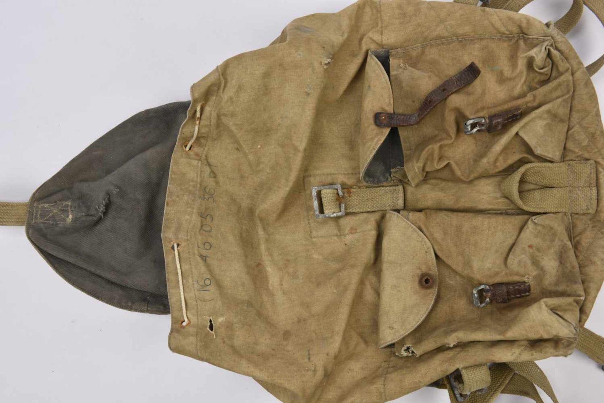 Sac à dos M.41 complet avec toutes ses sangles intégrées. Une languette de pochette manquante. - Bild 3 aus 4