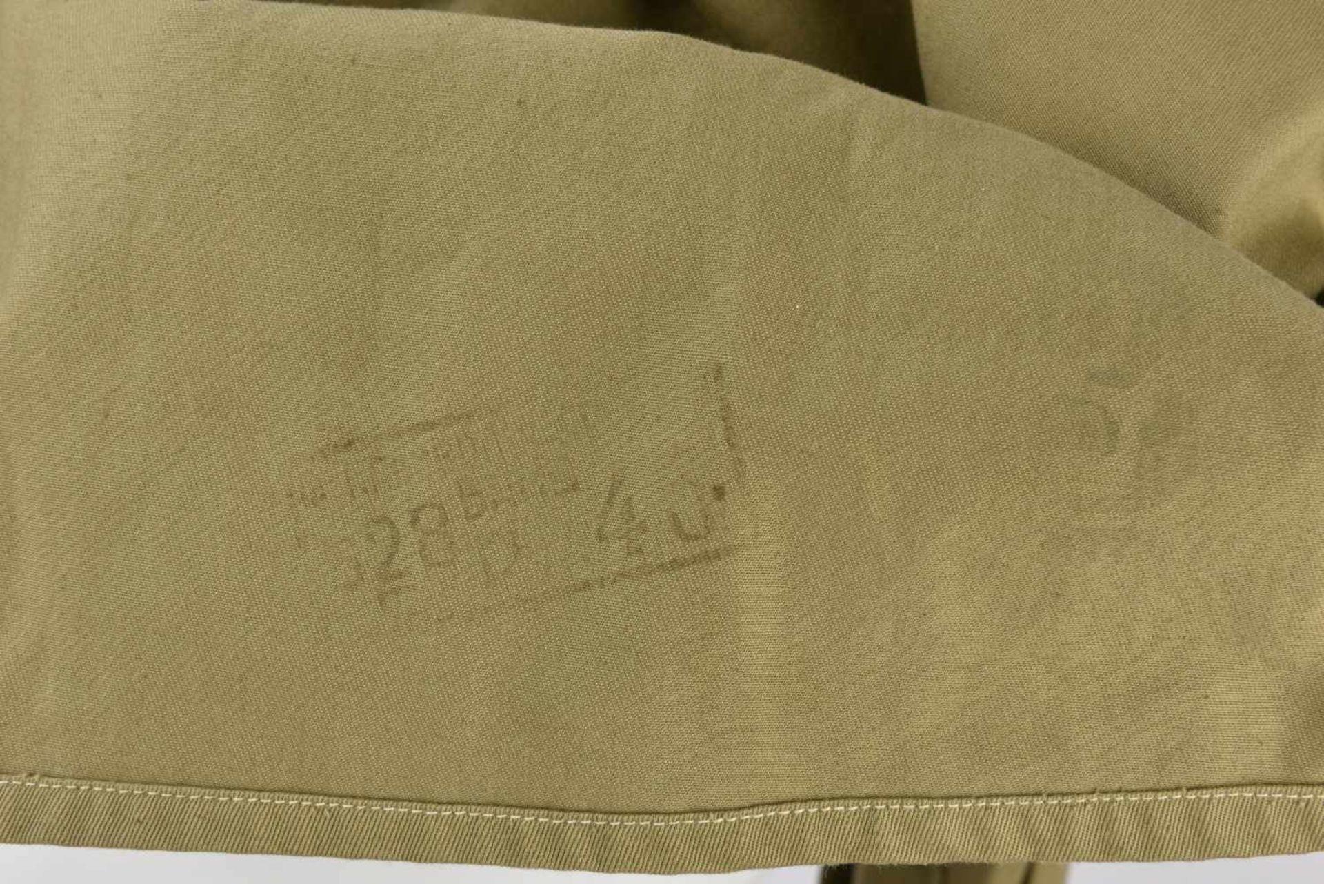 Gymnasterka M.43, modèle sans poches de poitrine Datée 1943, très belle, quelques taches sur le - Bild 2 aus 4