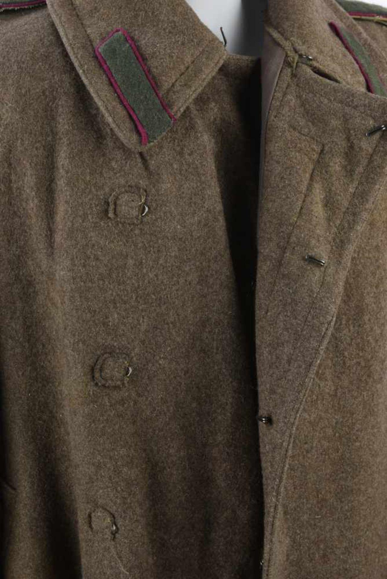Los 1721 - Capote M.43, complète Bonne taille, bon état. Fabrication allemande, datée 1949. Possède pattes de