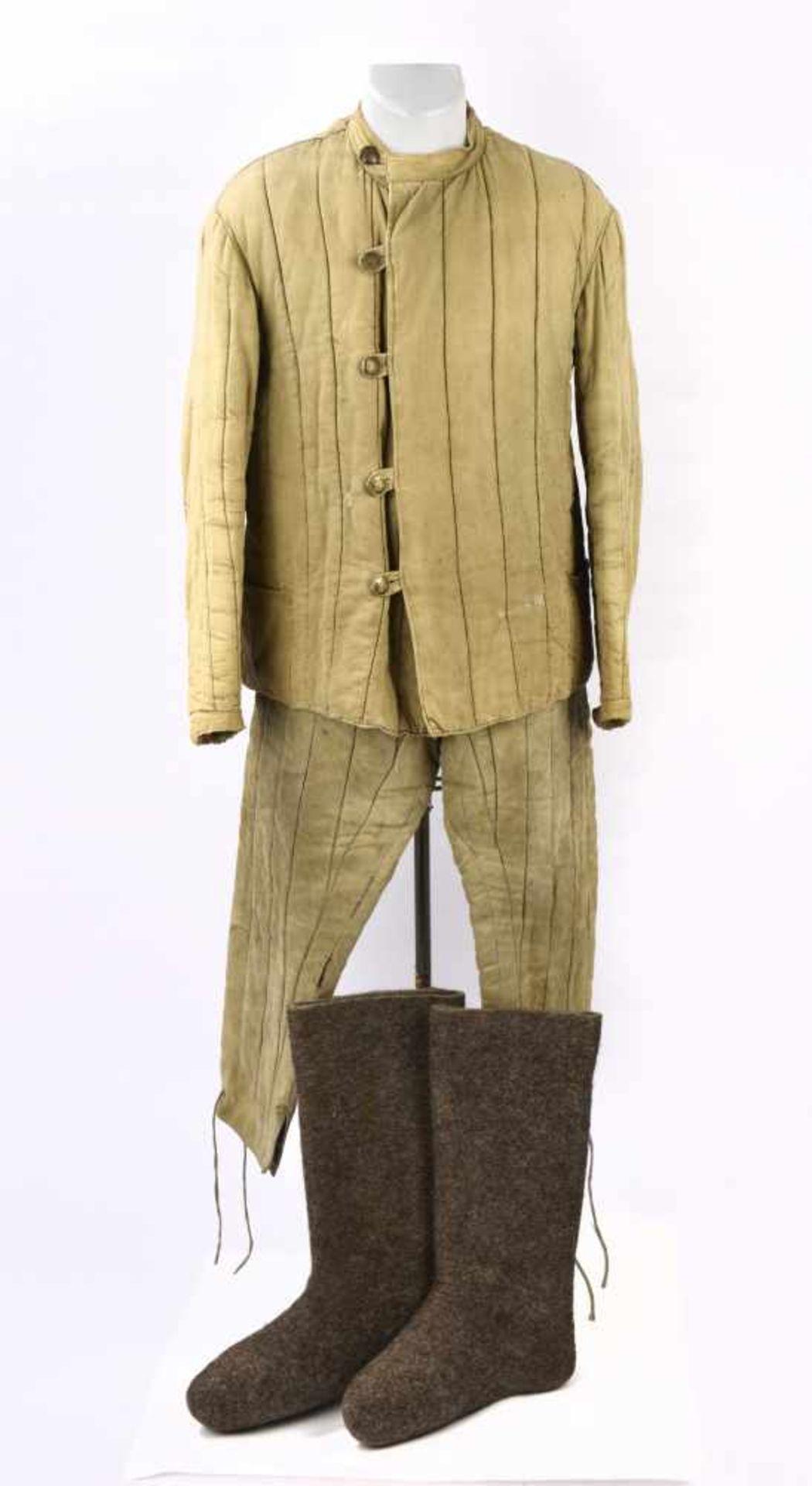Ensemble matelassé comprenant la veste Telogreyka et le pantalon Ensemble homogène trouvé en