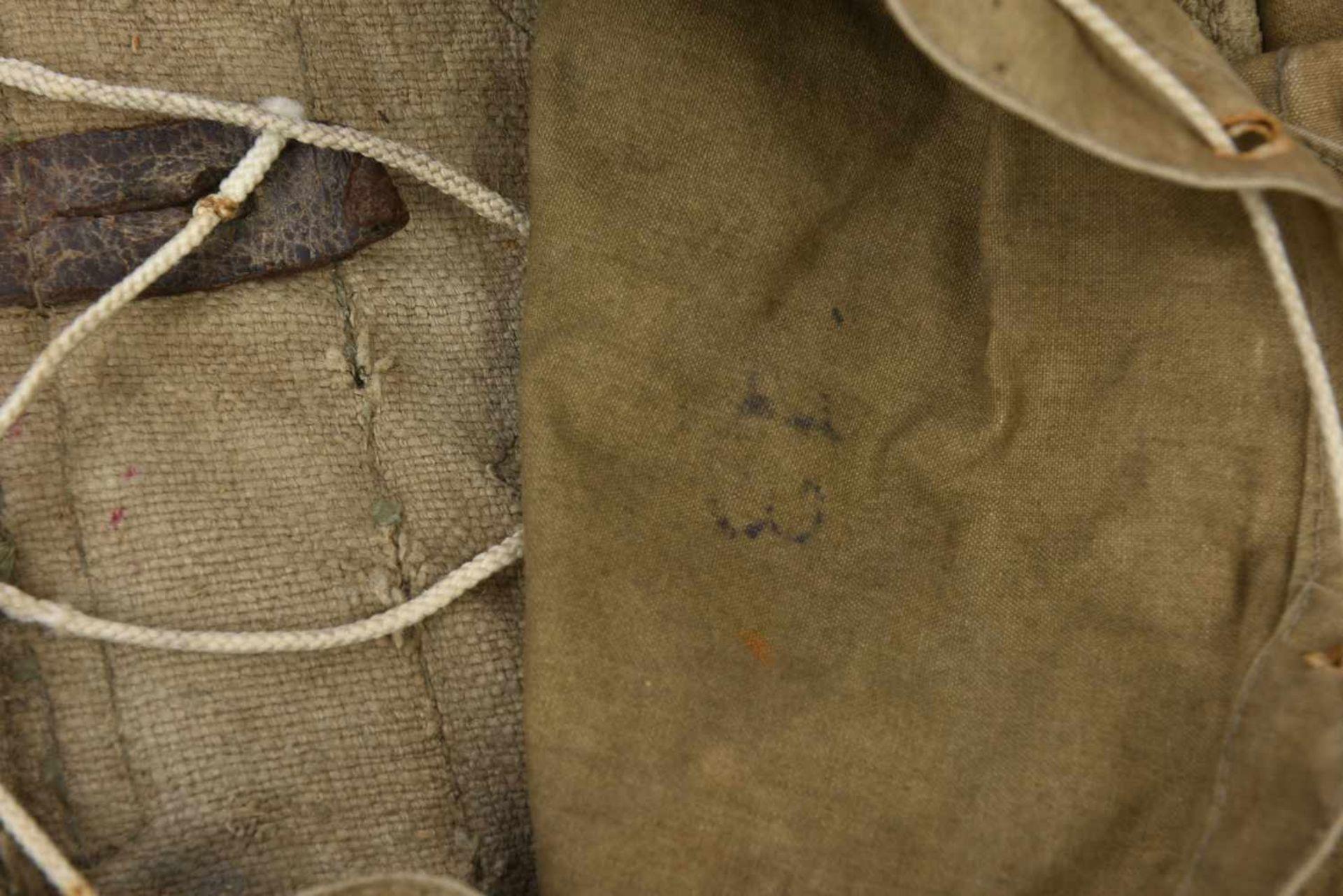 Sac à dos M.41 complet avec toutes ses sangles intégrées. Une languette de pochette manquante. - Bild 2 aus 4