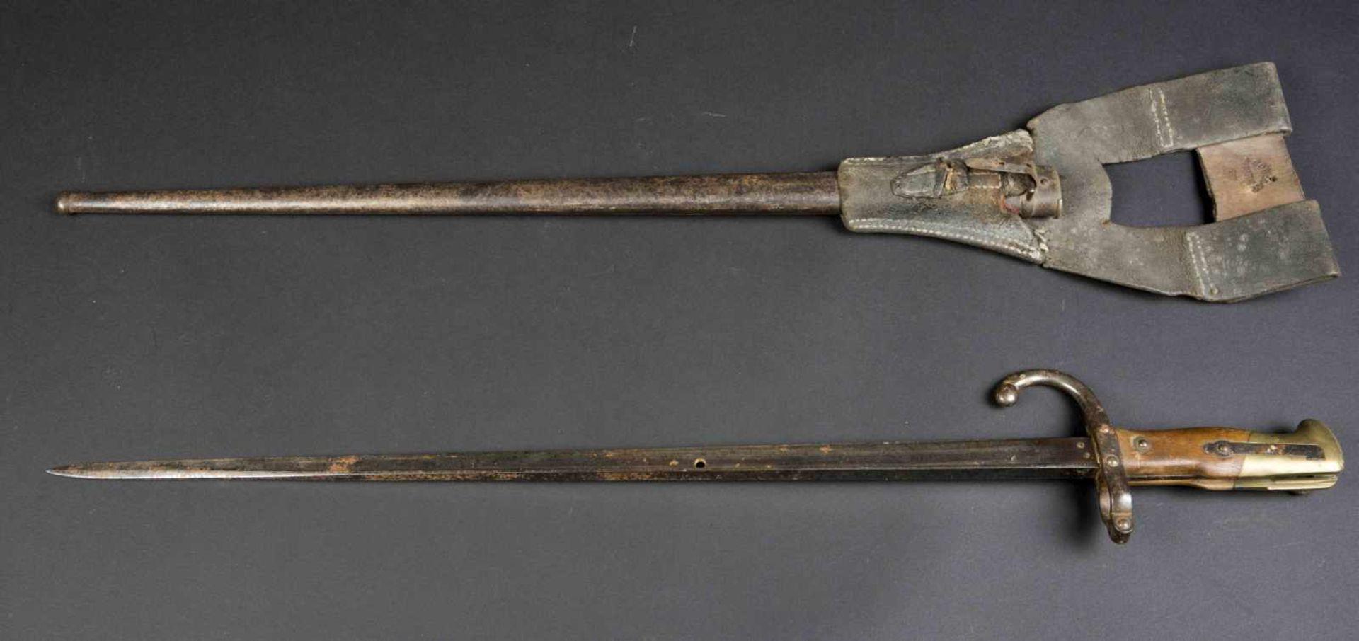 Lot de deux baïonnettes Lebel modèle 1886 poignée maillechort (bon état) avec porte-baïonnette non