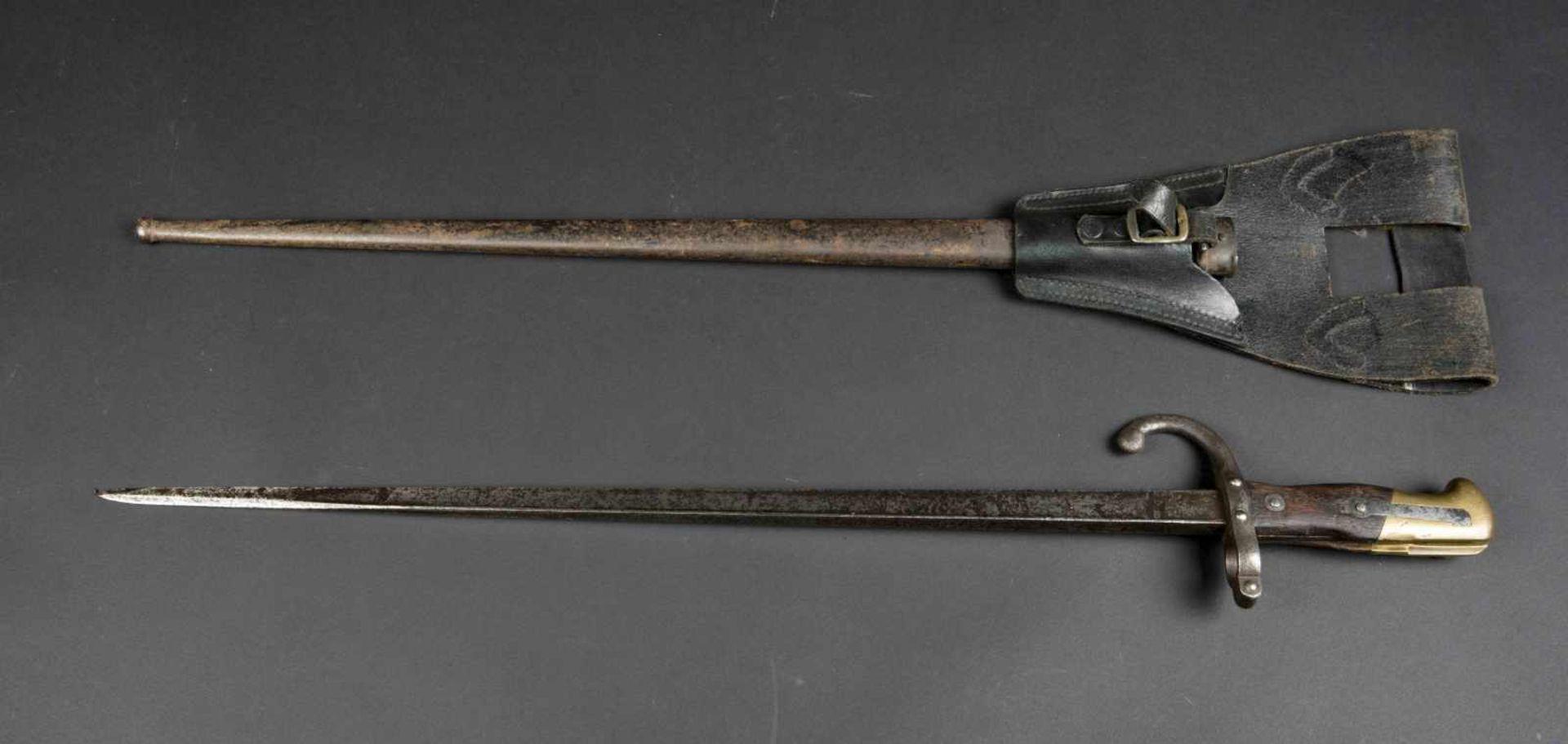 Lot de deux baïonnettes Gras modèle 1874 numéros différents sur baïonnettes et fourreaux, avec
