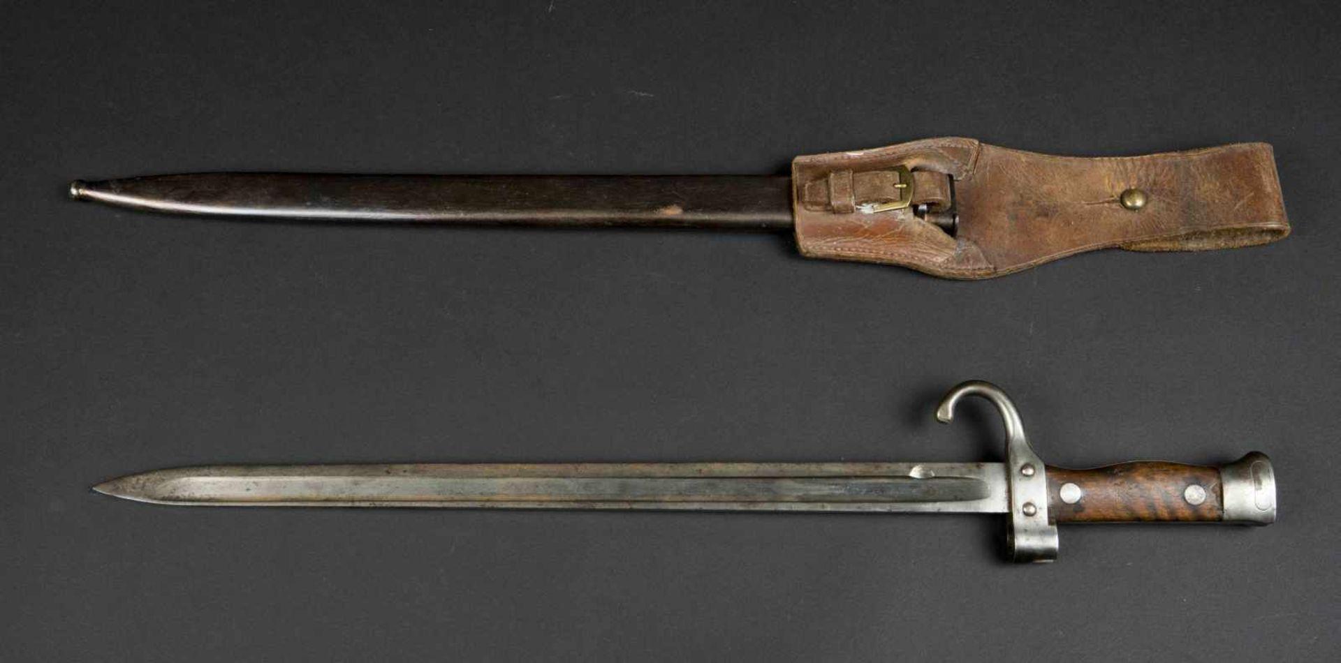 Lot de deux baïonnettes modèle 1892 pour mousqueton bon état et état moyen, porte-épées modèle