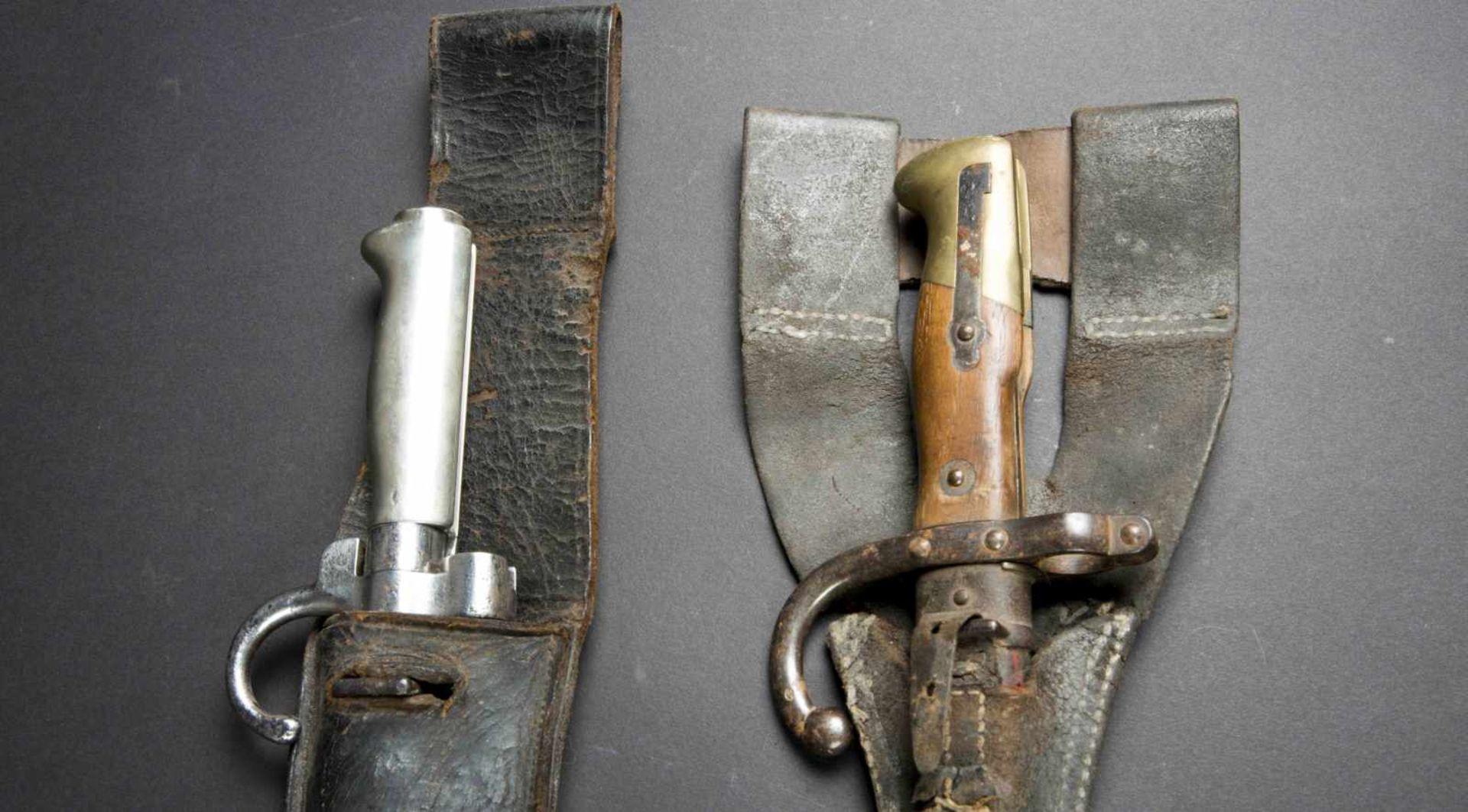 Lot de deux baïonnettes Lebel modèle 1886 poignée maillechort (bon état) avec porte-baïonnette non - Bild 4 aus 4