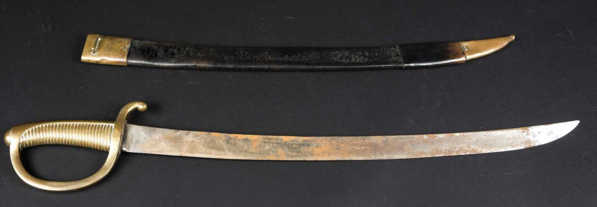 Sabre briquet modèle an XIII avec fourreau (pièce de cuir rapportée sur le bas du fourreau) Etat