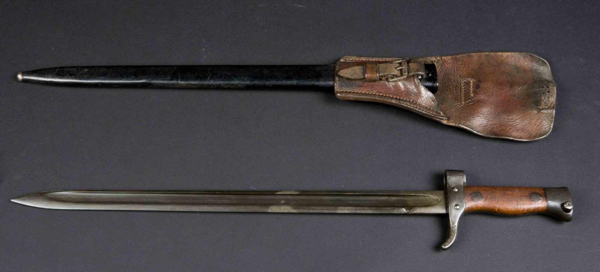 Lot de deux baïonnettes, modèle 1892 et modèle 1892/1915 pour mousqueton (état moyen). Porte-épées