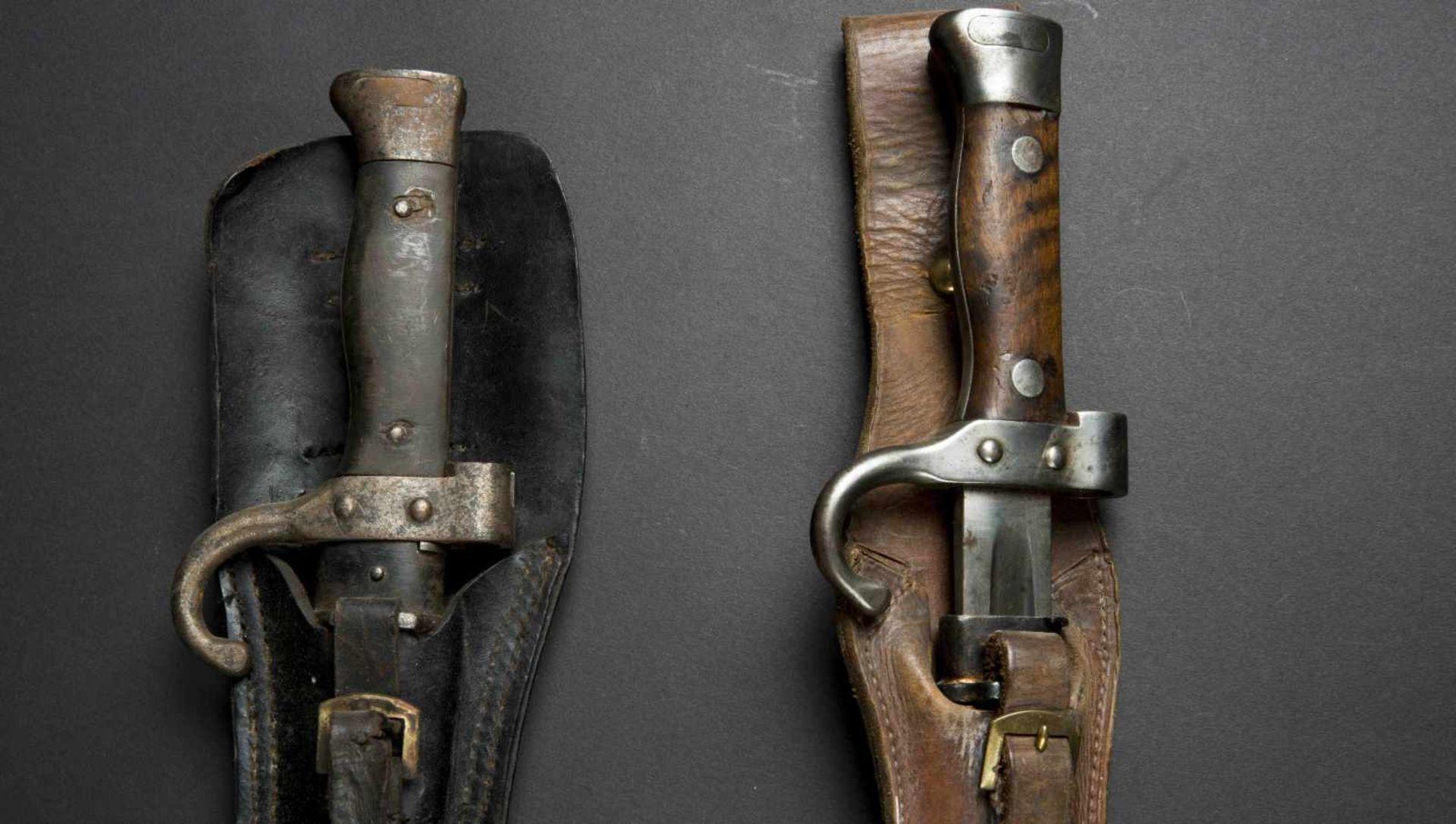 Lot de deux baïonnettes modèle 1892 pour mousqueton bon état et état moyen, porte-épées modèle - Bild 4 aus 4