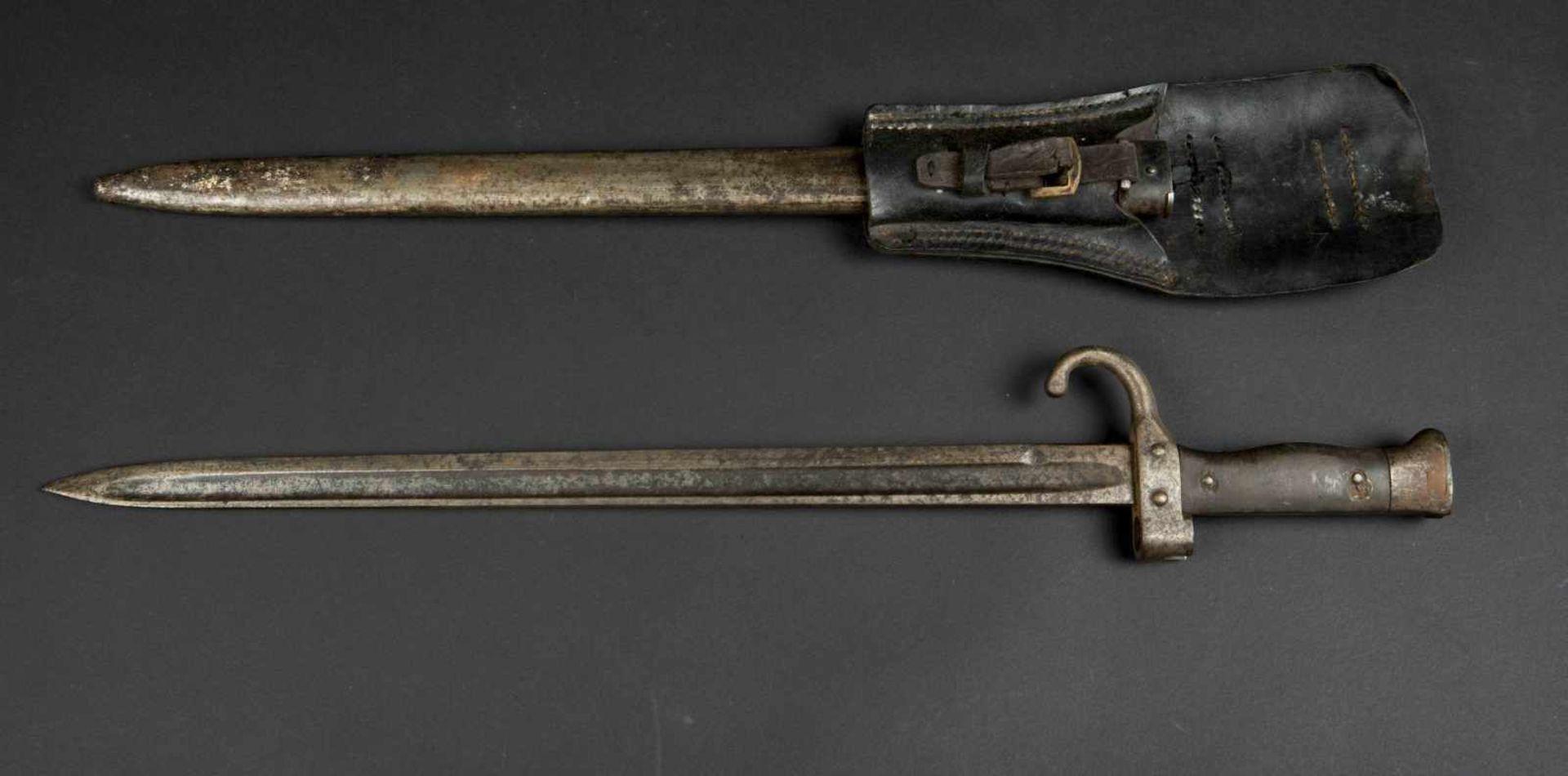 Lot de deux baïonnettes modèle 1892 pour mousqueton bon état et état moyen, porte-épées modèle - Bild 2 aus 4