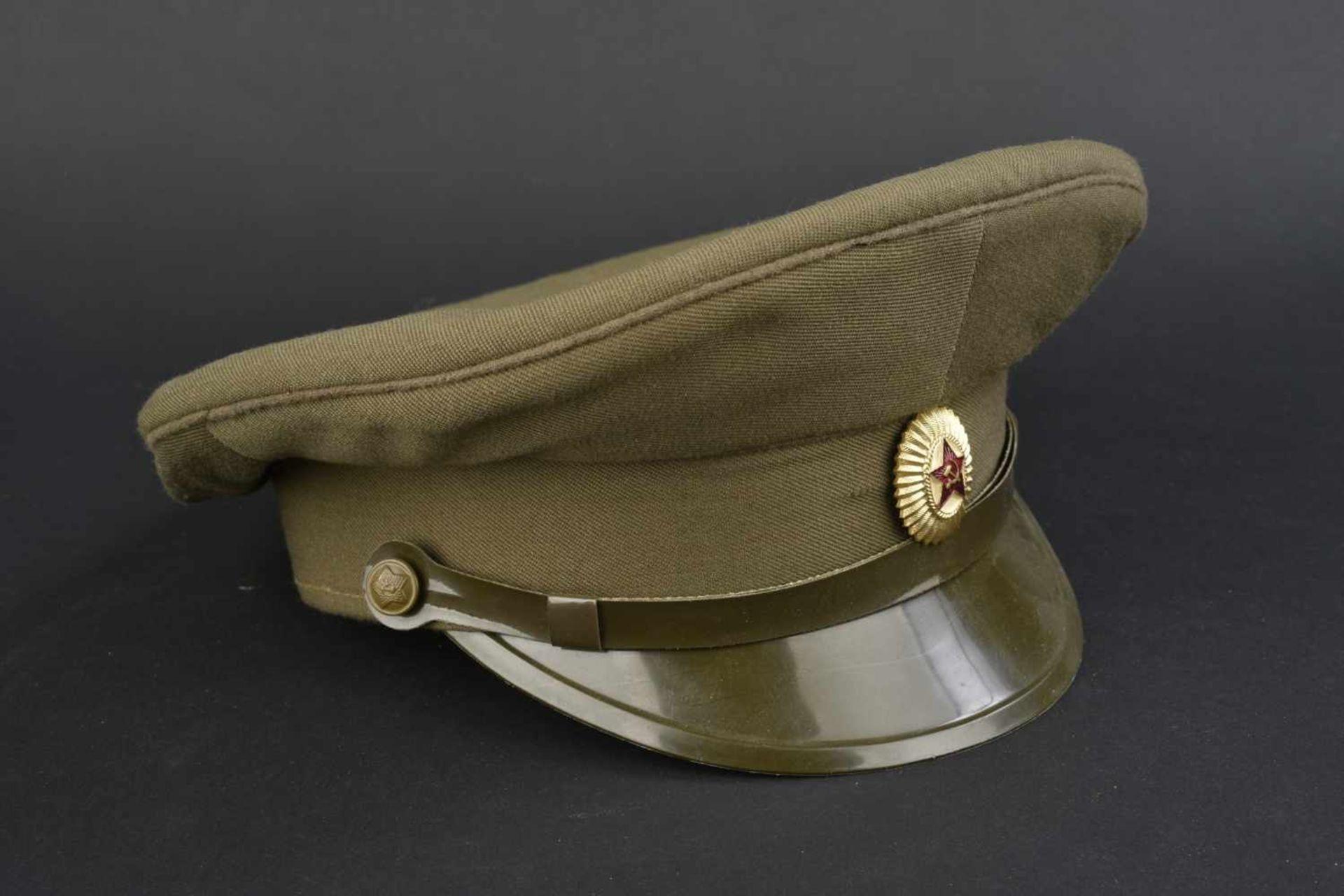 Casquette combat officier soviétique En tissu kaki, insigne métallique. Jugulaire complète.