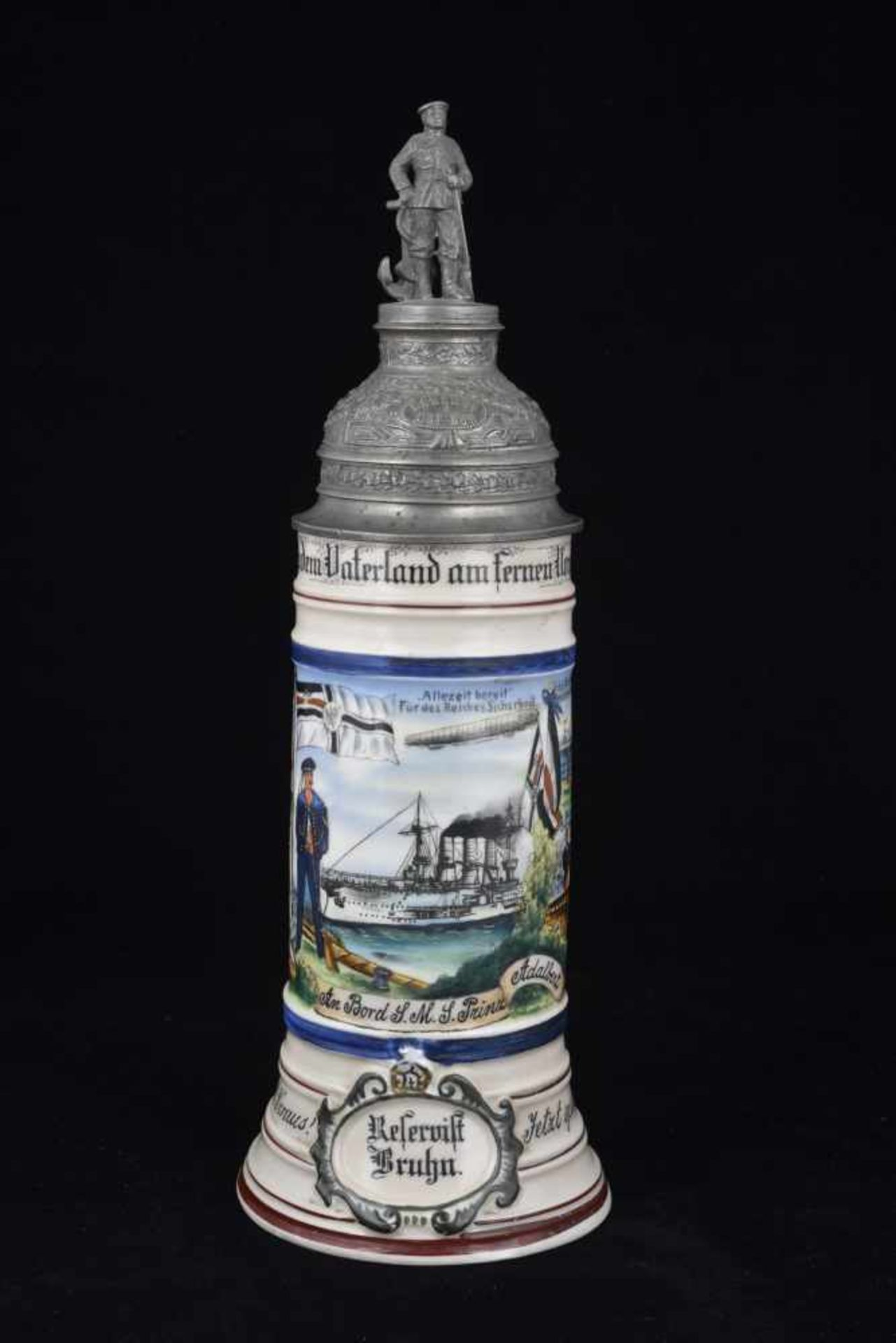 Chope du S.M.S. PRINZ ADALBERT En porcelaine blanche d'1/2 litre, richement décorée. Couvercle