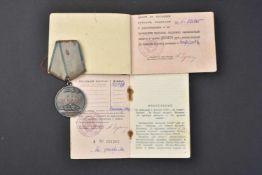Médaille pour la Bravoure, type 2 n° 1.817.928 attribuée le 1er septembre 1944 avec son livret d'