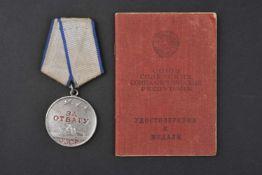 Médaille pour la Bravoure, type 2 n° 2.093.678 attribuée en 1944 avec son livret d'attribution.