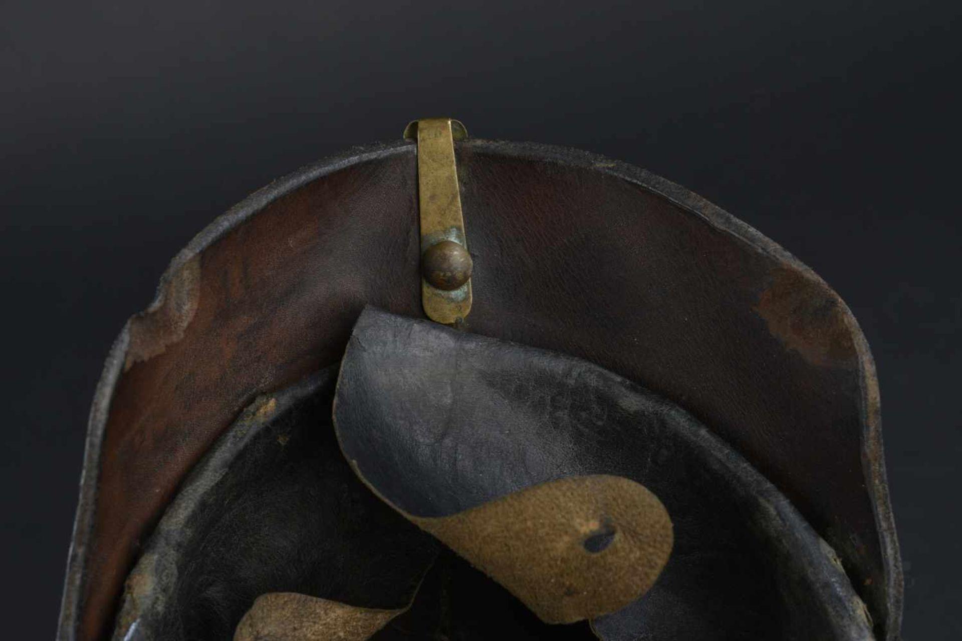 Casque badois 1895 Bombe en cuir, légèrement craquelée. Plaque badoise d origine. Bonnes cocardes. - Bild 2 aus 4